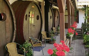 Μετέτρεψαν παλιά βαρέλια κρασιού σε...ξενοδοχείο!