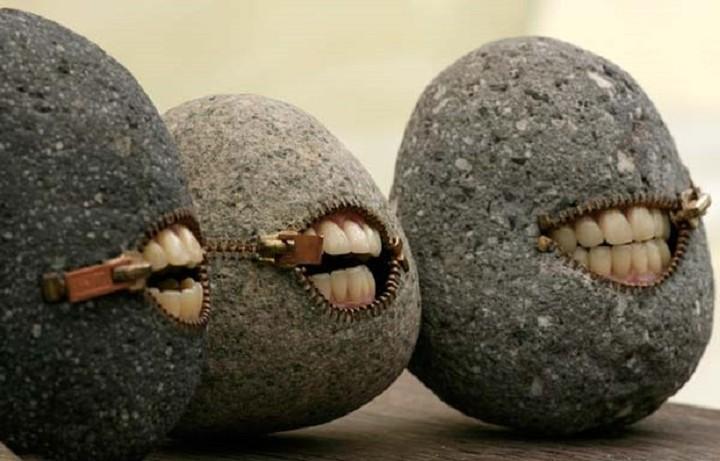 Μετέτρεψε τις πέτρες σε πορτοφόλι, πουκάμισο και σε πολλά άλλα