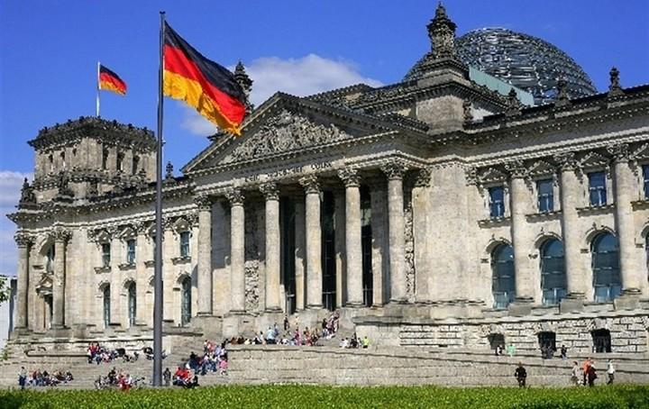 Βερολίνο: Εργαζόμαστε για να παραμείνει η Ελλάδα μέλος της ευρωζώνης