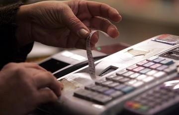Βαρύ πλήγμα στην αγοραστική δύναμη των καταναλωτών από την αύξηση του ΦΠΑ