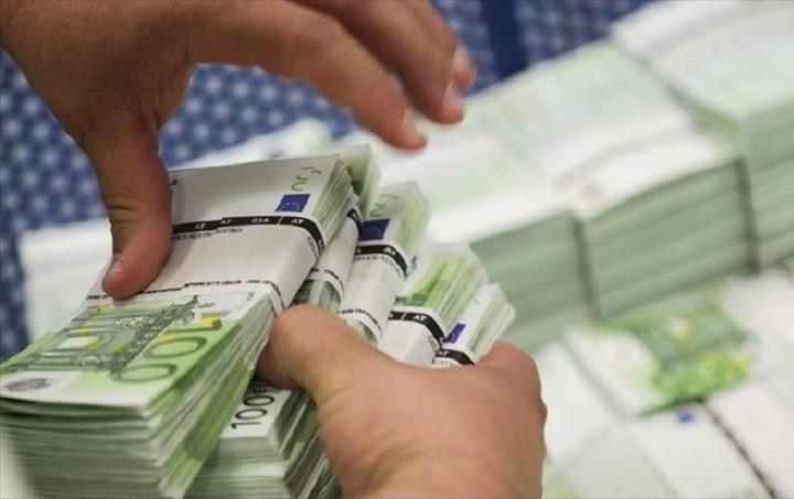 Στα €400 εκατ. οι εκροές καταθέσεων την Δευτέρα, σύμφωνα με το Reuters