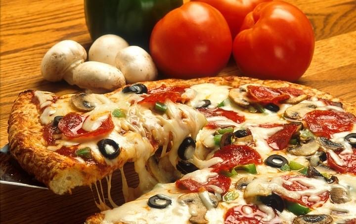 Η πασίγνωστη αλυσίδα πίτσας που μπαίνει στα… σουβλάκια