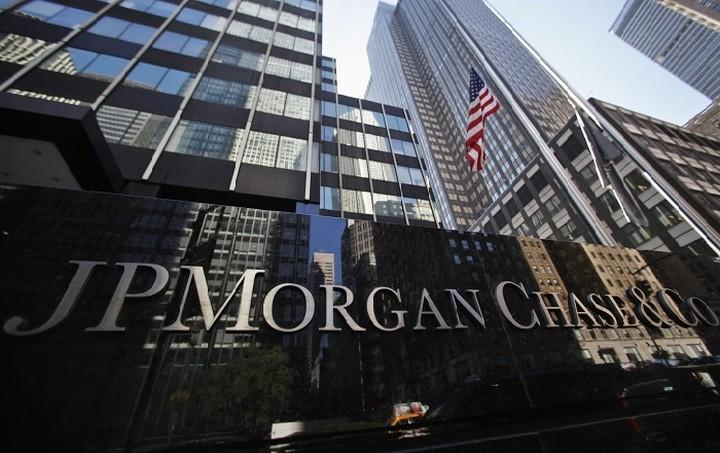 Αποσύρει τις συστάσεις από τις ελληνικές τράπεζες η JP Morgan