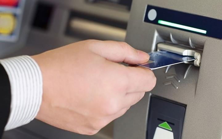 Τι μπορείς να κάνεις με την κάρτα σου από τα ATMs (εκτός από το να βγάζεις 50ευρα)