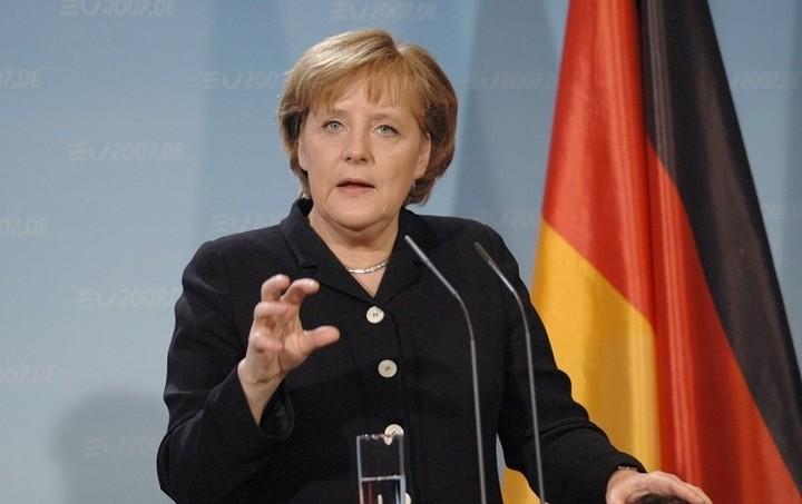 Μέρκελ: Θέλουμε να κρατήσουμε την Ελλάδα στην Ευρωζώνη παρά τις πολιτικές διαφορές