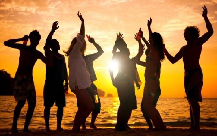 «Μπλόκο» στα beach party και τη δυνατή μουσική βάζει το ΥΠΟΙΚ