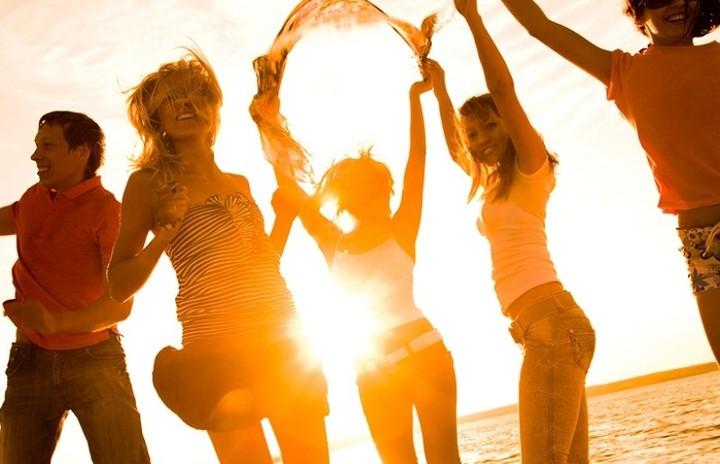 Το ΥΠΟΙΚ απαγορεύει τα beach party