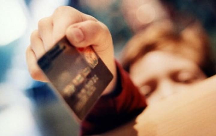 Περισσότερες από 1 εκατ. χρεωστικές κάρτες εκδόθηκαν μετά τα capital controls