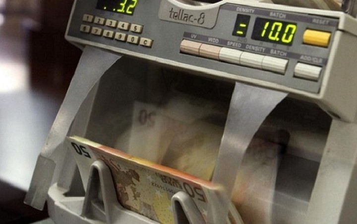 Bloomberg: Οι Έλληνες επιστρέφουν τις καταθέσεις τους στις τράπεζες