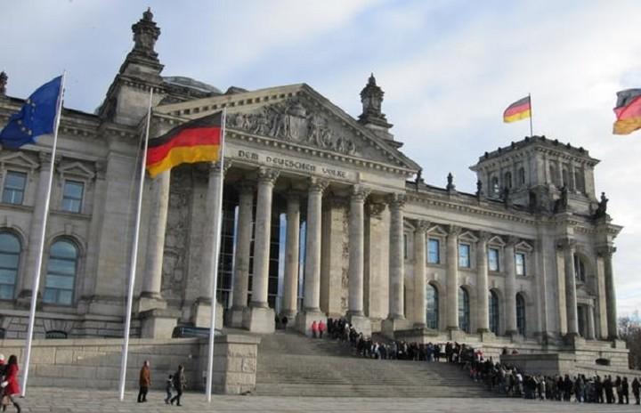 Το Βερολίνο επιμένει στην επιβολή αυστηρών όρων για την εκταμίευση των δόσεων