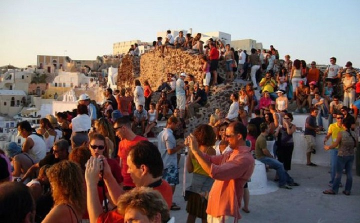 Bloomberg: Τα νησιά πλημμύρισαν τουρίστες και ελεγκτές της εφορίας