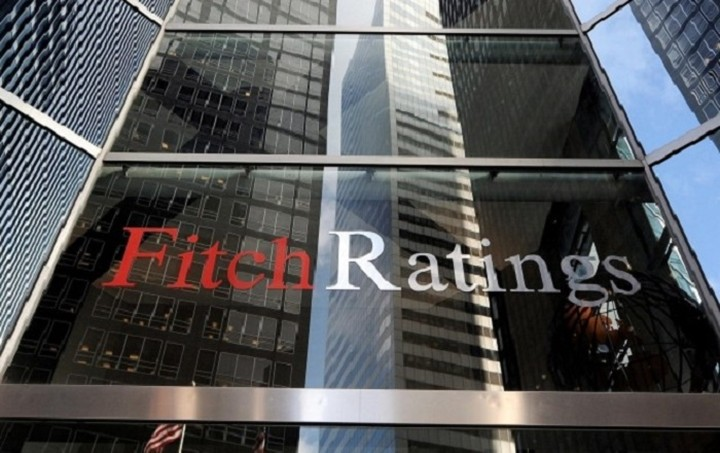 Fitch: Δεν κινδυνεύουν οι καταθέσεις στις ελληνικές τράπεζες