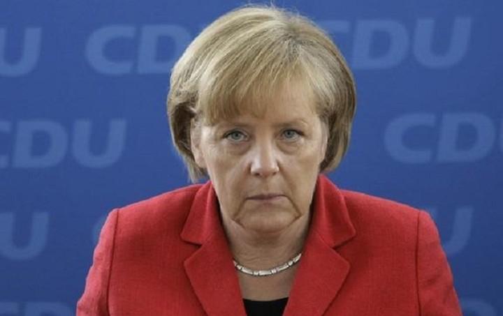 """Η Μέρκελ """"βλέπει"""" τη δημοτικότητά της να πέφτει εξαιτίας του μεταναστευτικού"""