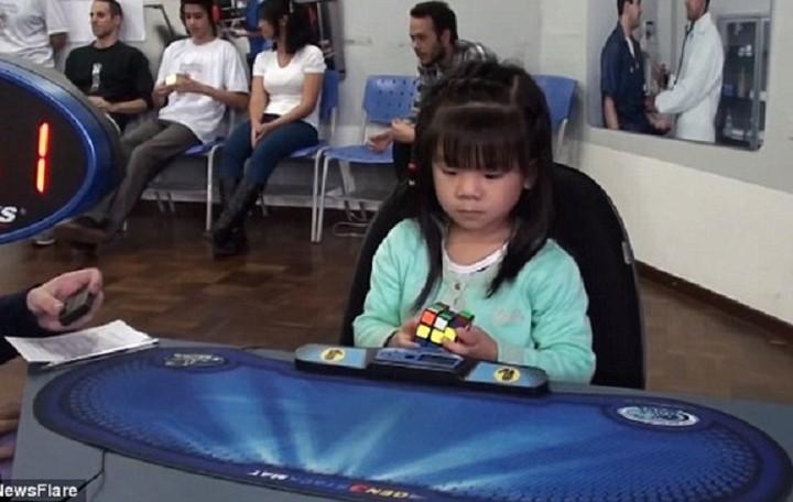 3χρονο κορίτσι λύνει τον κύβο του Ρούμπικ σε μόλις ...47 δευτερόλεπτα (ΒΙΝΤΕΟ)