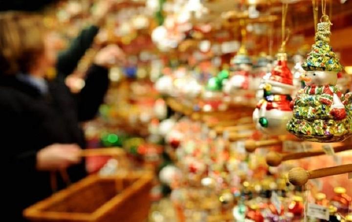 Λιγότερα χρήματα θα ξοδέψουν οι Έλληνες τα Χριστούγεννα