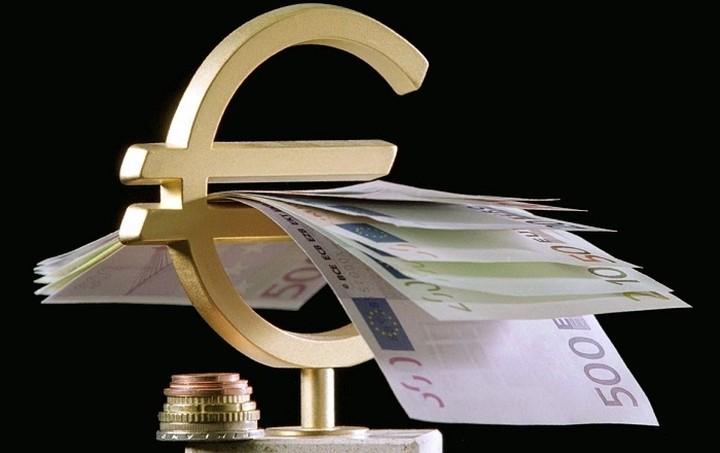 Προς χαμηλό επταμήνου κινείται το ευρώ