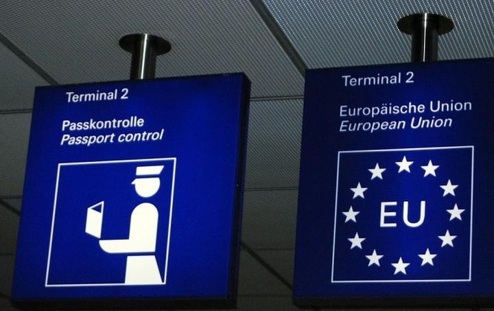 Bέμπερ: Να εξεταστεί προσωρινή έξοδος της Ελλάδας από το Σένγκεν