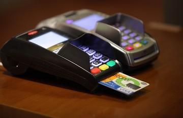 Αυστηρές συστάσεις στις τράπεζες από τον Αλεξιάδη για τις χρεώσεις των POS