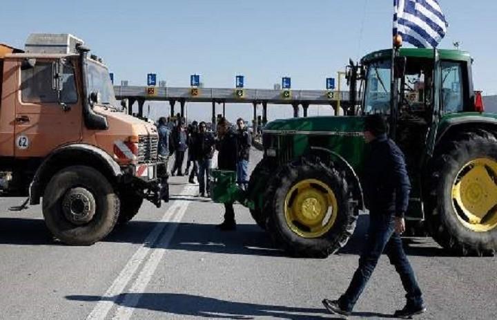 Συνεχίζονται οι αγρότες να κλείνουν δρόμους