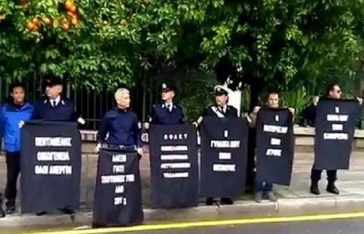 Συγκέντρωση διαμαρτυρίας αστυνομικών έξω από το Μαξίμου