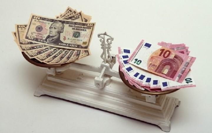 Οριακή πτώση 0,06% για το ευρώ