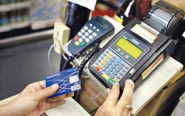 Το «πλαστικό χρήμα» κερδίζει τους καταναλωτές