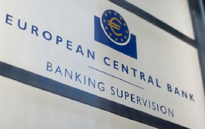 Bloomberg: Η ΕΚΤ θα διατηρήσει τα αρνητικά επιτόκια τουλάχιστον έως το 2018