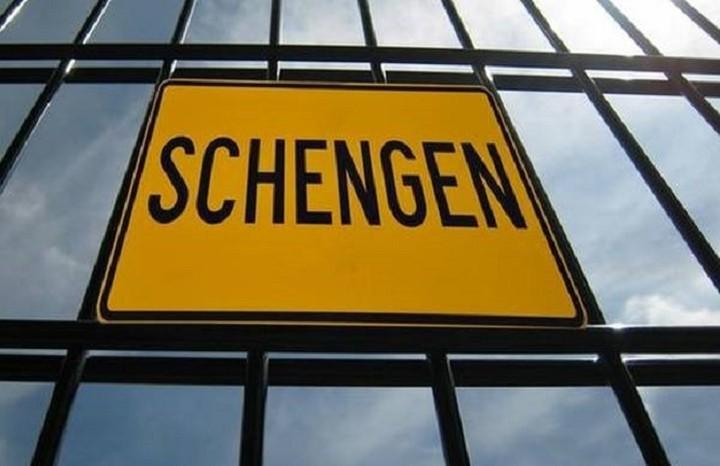 Guardian: Η Κομισιόν απειλεί την Ελλάδα με έξοδο από την Σένγκεν