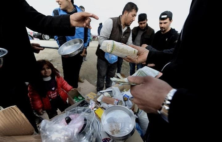 Υπαίθρια μαγαζιά για να βγάλουν τα προς το ζην στήνουν οι πρόσφυγες στην Ειδομένη