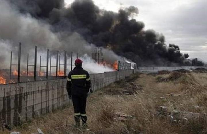 Μεγάλη φωτιά σε εργοστάσιο με μελάνια στον Ασπρόπυργο