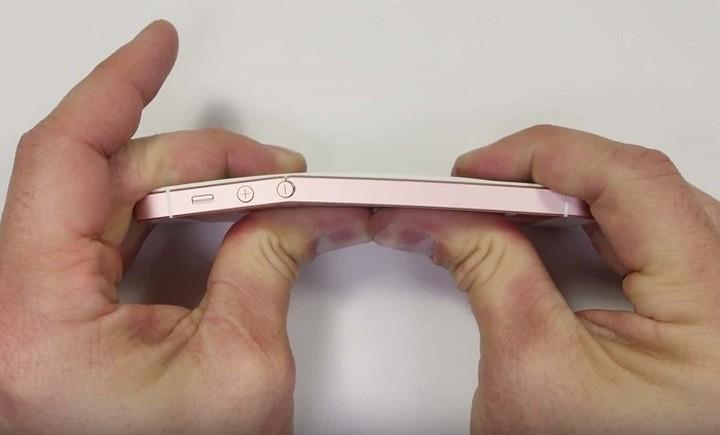 Crash test: Έβαλαν φωτιά στο iPhone SE - Τι έπαθε