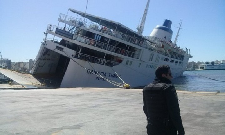 Βουλιάζει το πλοίο «Παναγία Τήνου» δεμένο στο λιμάνι του Πειραιά
