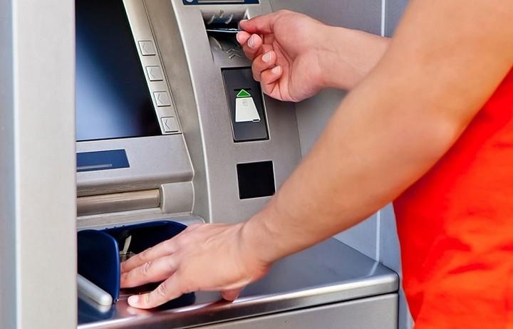 Κίνδυνο να γίνουν πιο αυστηρά τα capital controls βλέπουν οι τράπεζες