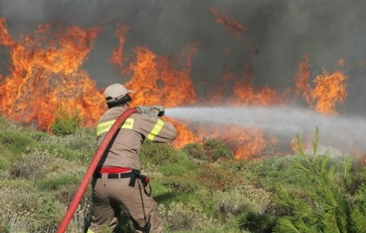 Σε εξέλιξη μεγάλη φωτιά στη νότια Κρήτη