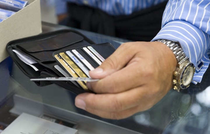 Τα μνημόνια «εξαφάνισαν» τις πιστωτικές – Πόσοι διαθέτουν κάρτα σήμερα