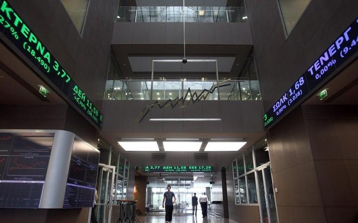 """ΧΑ: Τραπεζικό ράλι έσωσε την """"παρτίδα"""" του Αυγούστου"""