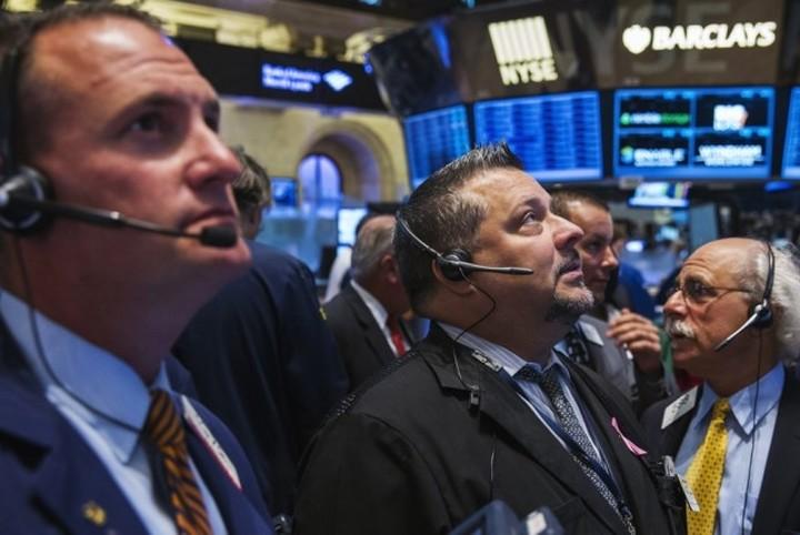 WS: Πτωτικό γύρισμα εν μέσω τραπεζικών πιέσεων