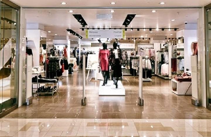 Ποια πασίγνωστη αλυσίδα ρούχων προχωρά σε μαζικές απολύσεις