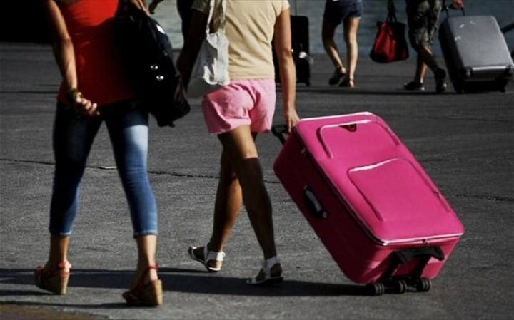 Περισσότεροι τουρίστες τον Ιούλιο αλλά λιγότερα έσοδα