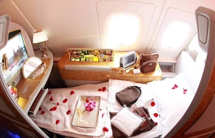 Πως είναι να ταξιδεύετε με αεροπλάνο στη A' θέση όπου το εισιτήριο κοστίζει 21.000$ (VIDEO)