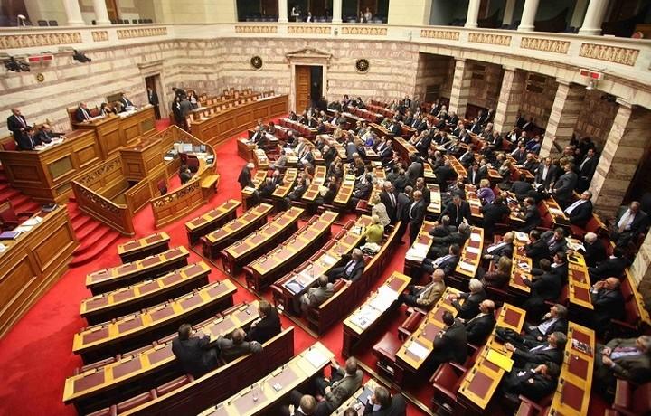 Σε υψηλούς τόνους η συζήτηση για τα προαπαιτούμενα στη βουλή