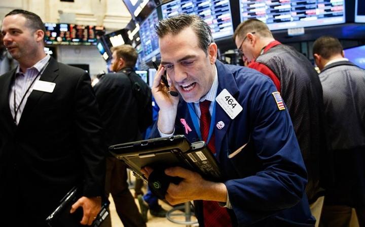 WS: Απειλούνται οι 18.000 μονάδες του Dow Jones