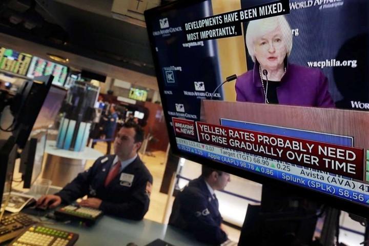 """WS: """"Διαγράφει"""" τα κέρδη εν μέσω Fed και ΟΠΕΚ"""