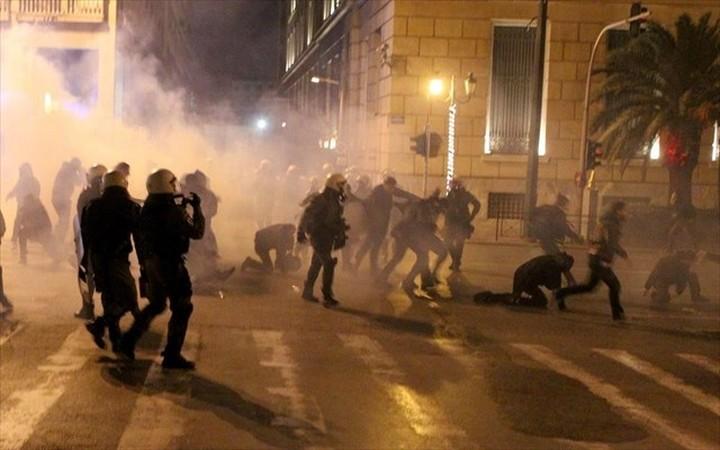 Επεισόδια και πετροπόλεμος ανάμεσα σε αντιεξουσιαστές και ΜΑΤ στο Πολυτεχνείο