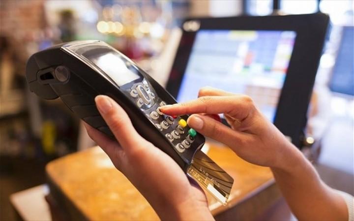 Τα capital controls εκτόξευσαν τις ηλεκτρονικές συναλλαγές