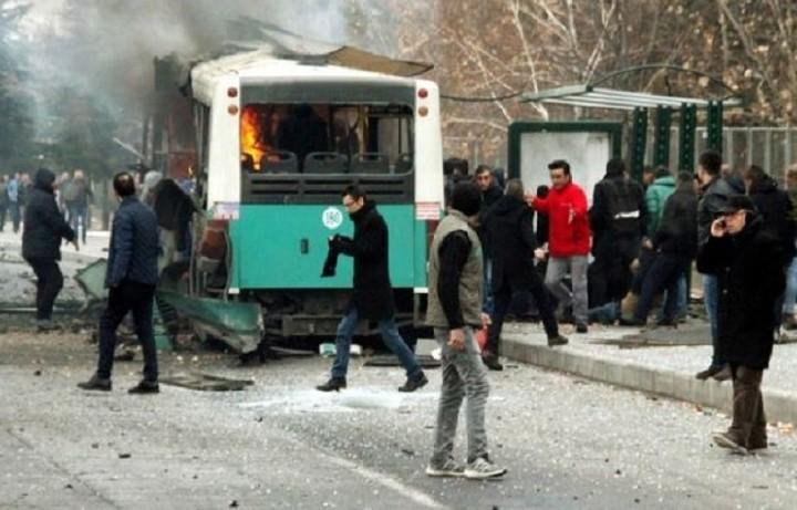 Έκρηξη λεωφορείου έξω από πανεπιστήμιο της Τουρκίας
