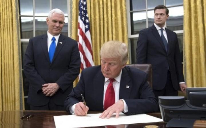Ο Τραμπ υπέγραψε το πρώτο προεδρικό διάταγμα