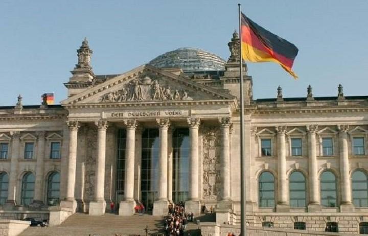 ΥΠΕΞ Γερμανίας: Θέλουμε να βοηθήσουμε την Ελλάδα να σταθεί και πάλι στα πόδια της