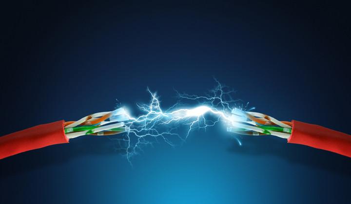 ΔΕΗ εναντίον ΕΛΤΑ: Η σύγκριση των τιμολογίων του ρεύματος