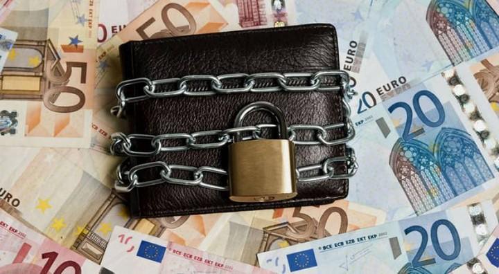 Πώς θα προστατέψετε τον λογαριασμό σας από τα... νύχια της εφορίας